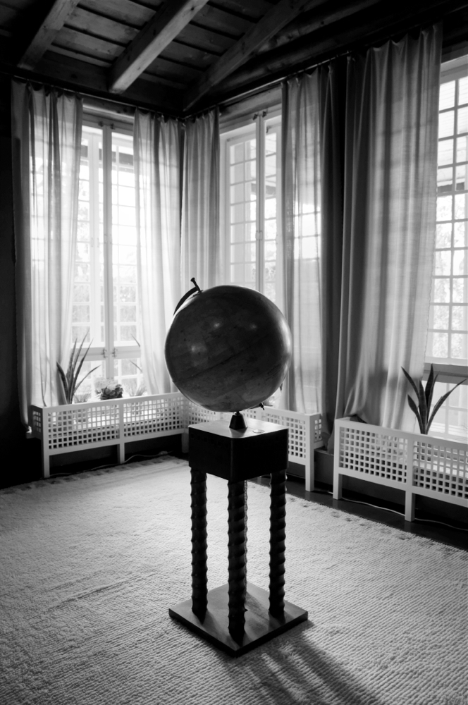 Egongelako mundu-bola (A globe in the living room)