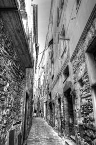 Kale estu bat udako arratsalde batean (A narrow street in a summer afternoon)