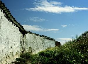 Horma zuria eguzkipean (White wall under the sun)