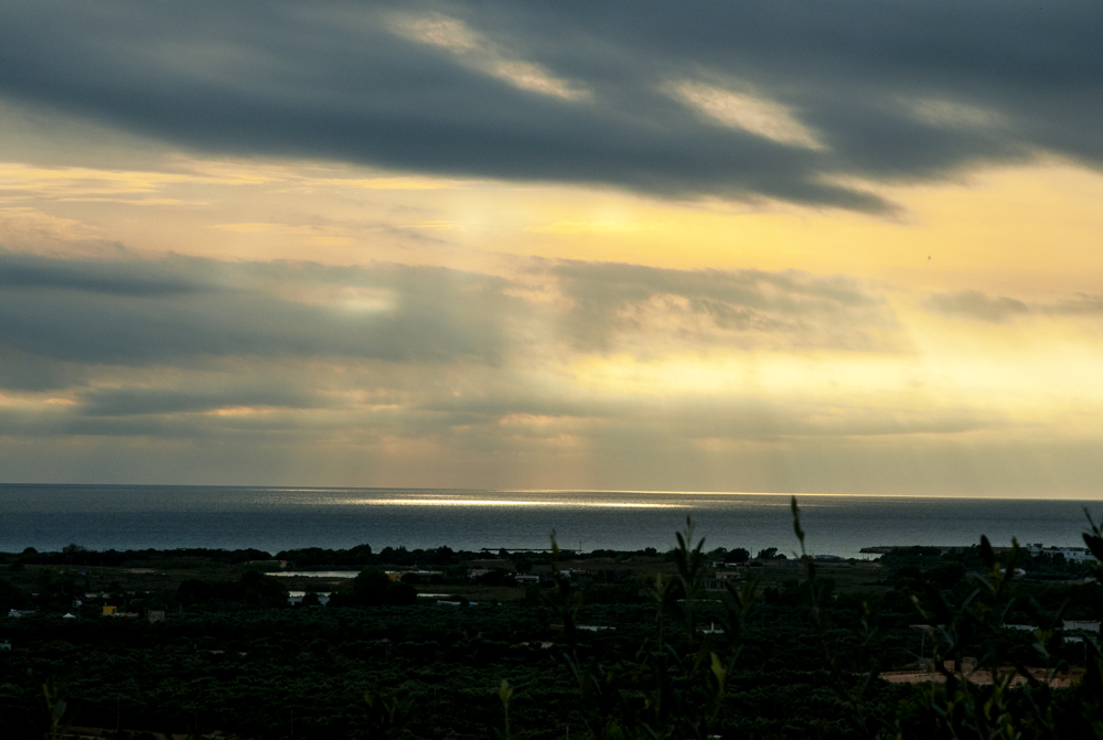 Eguzki errainuak ur gainean (Sun rays on the water)