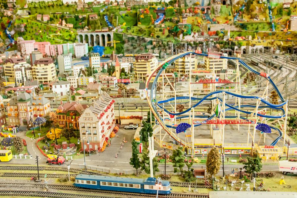 Jostailuzko trenbide eta hiria (Toy railway and city)