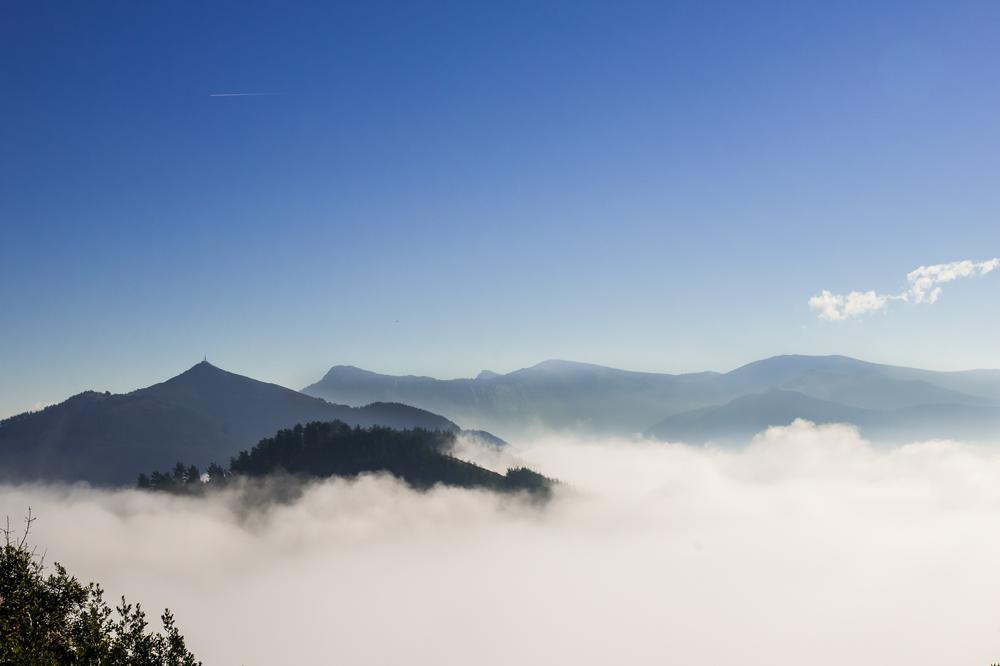 Lanbroaren gaina (On top of the fog)