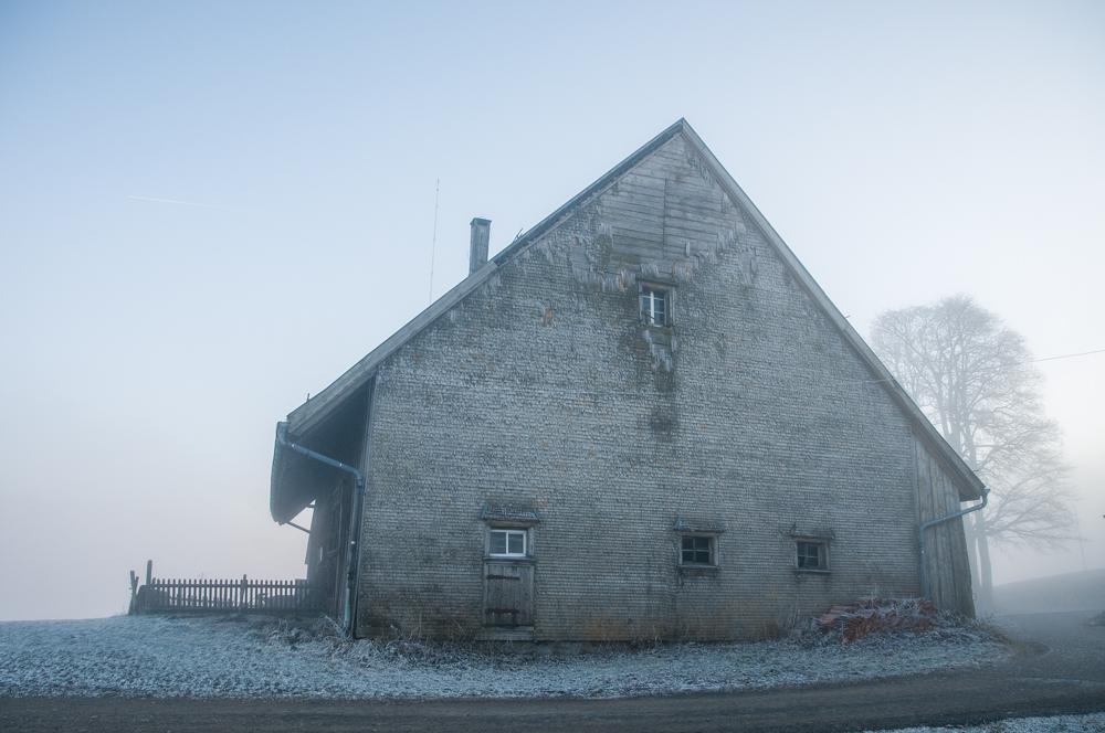 Baserria, lanbroa eta elurra (Country house, fog and snow)